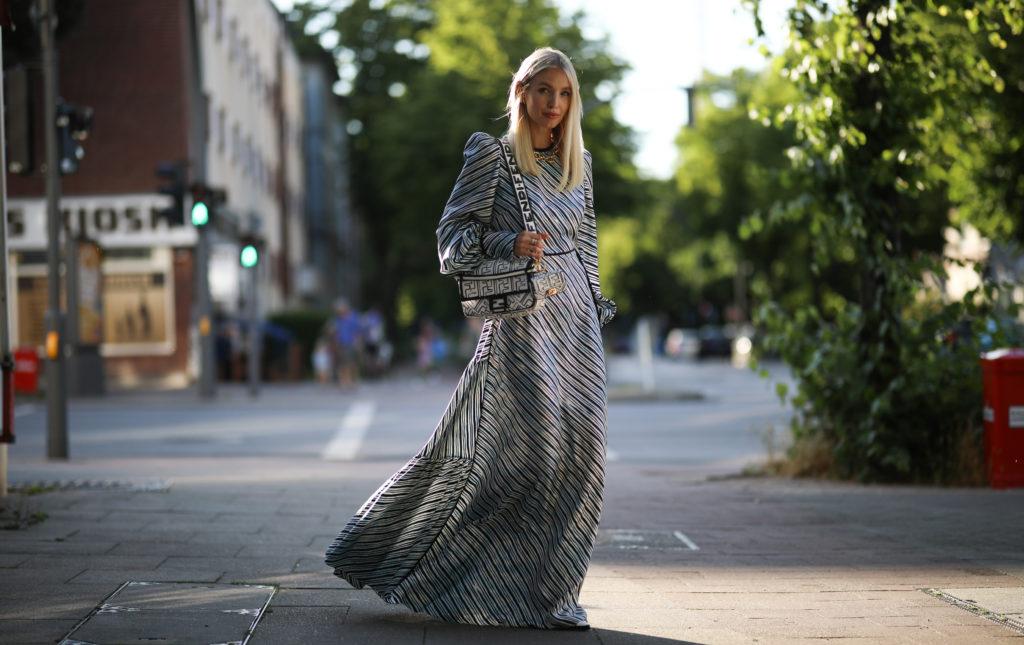 Leonie Hanne w sukience maxi z długim rękawem