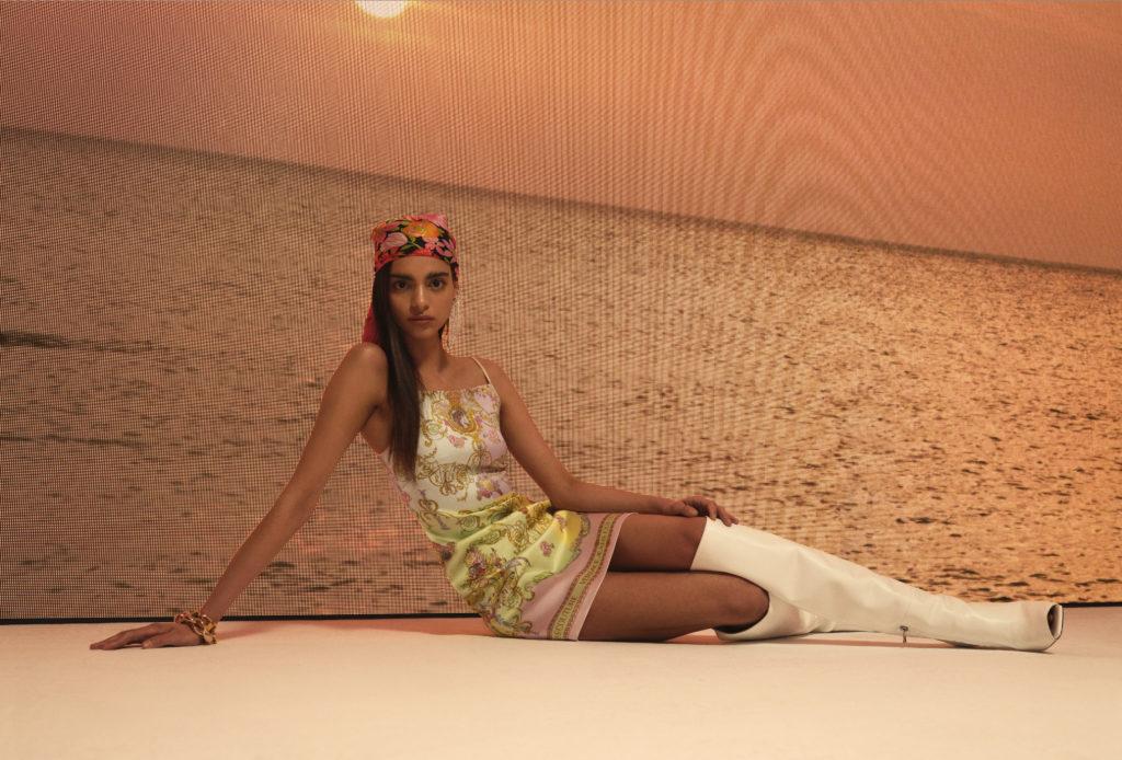 modelka w sukience na ramiączkach
