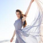 kobieta w sukience z szyfonu