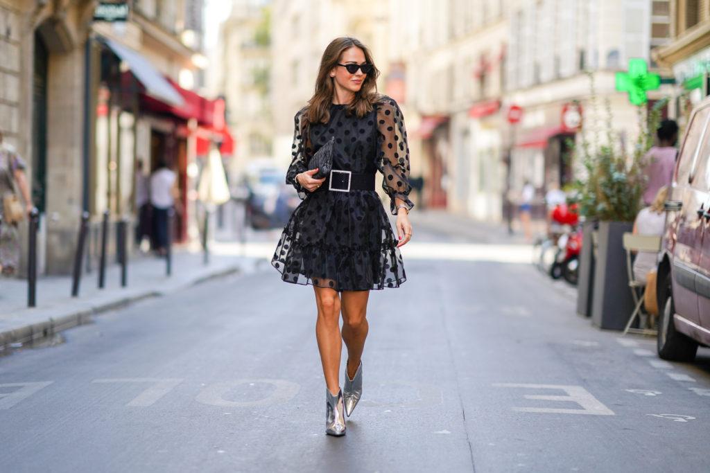 kobieta w krótkiej, czarnej sukience