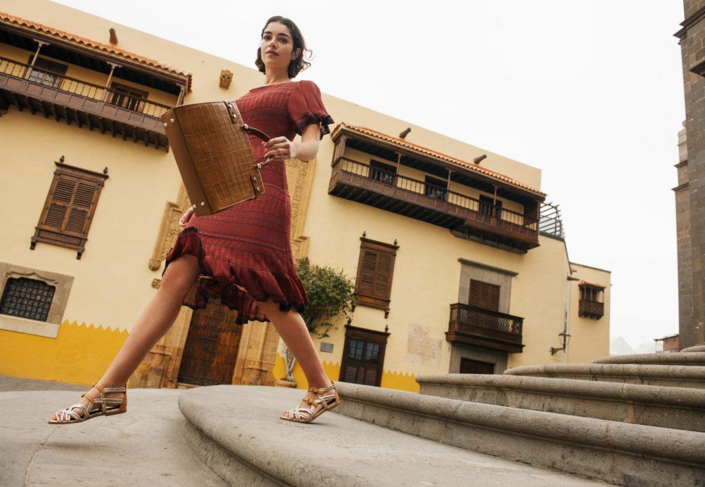 modelka w sukience z krótkim rękawem