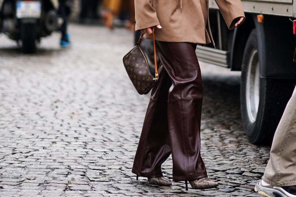 jak nosić skórzane spodnie?
