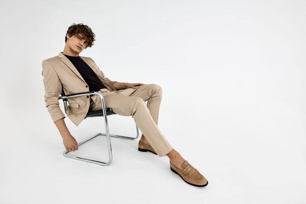 beżowe spodnie męskie stylizacje