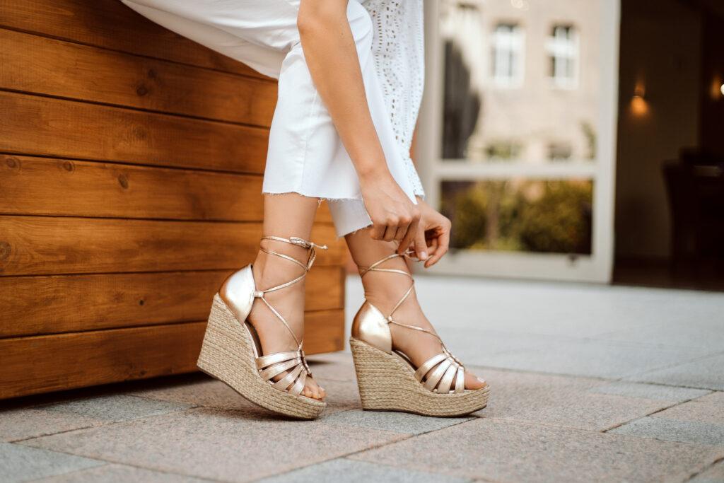 buty na koturnie stylizacje