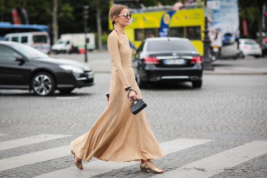 Jakie dodatki pasują do beżowej sukienki?