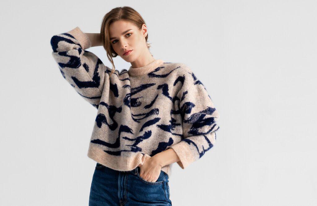 Jak nosić sweter oversize?