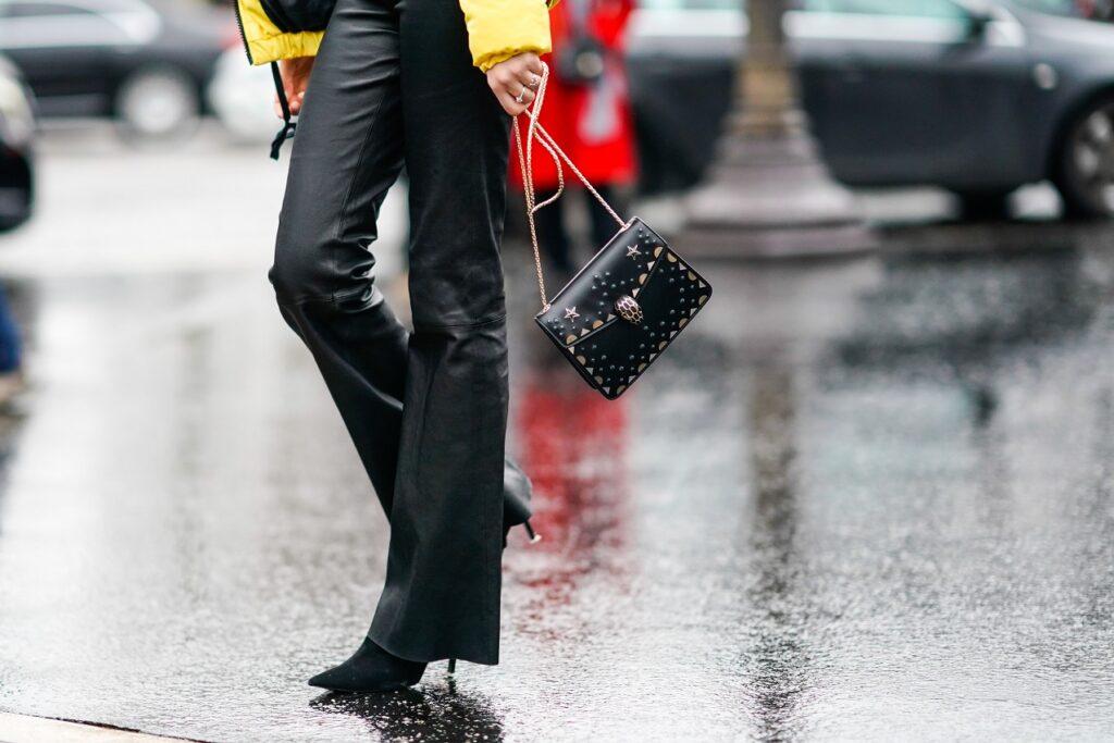 Jak nosić spodnie bootcut - model z rozszerzanymi nogawkami?